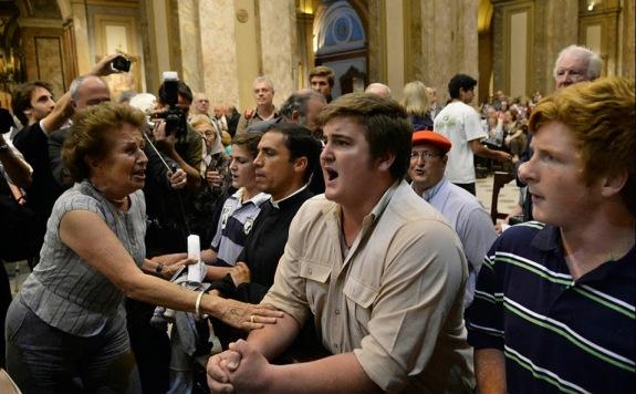 Una mujer intenta persuadir a los manifestantes de ultraderecha.